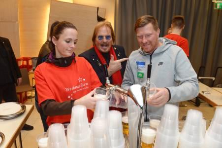 Eine Helferin, Frank Zander und Zecke Neuendorf am Zapfhahn
