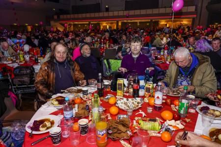 Gäste essen am Tisch