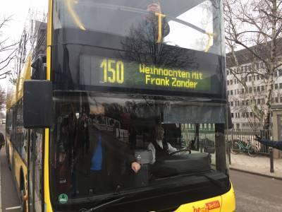 Ein BVG - Bus mit Gästen kommt am Estrel Berlin an