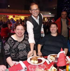 Michael Müller serviert den Gästen das Essen