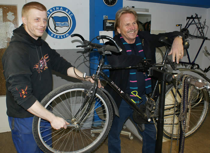 "März 2010 - Frank Zander spendet sein Fahrrad für die Aktion ""Rad statt Ratlos"""
