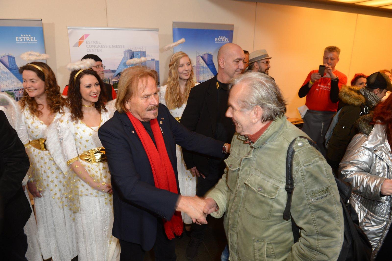 Frank Zander begrüßt einen Gast