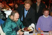 Frank Zander serviert den Gästen das Essen