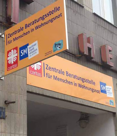 30.10.2014 - Neue Eingangs-Schilder in der Zentralen Beratungsstelle für Menschen in Wohnungsnot